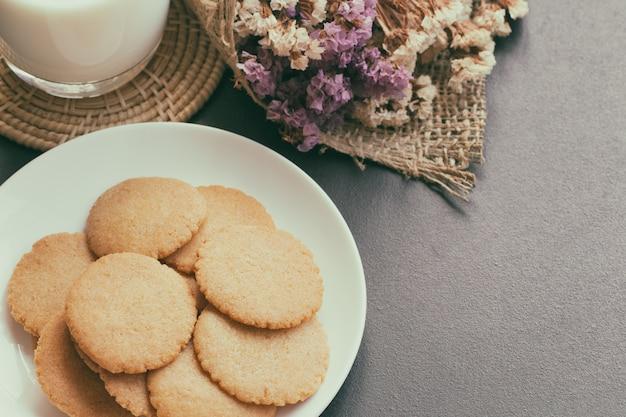 Boulangerie artisanale: des biscuits minces ou des biscuits cuits à partir de grains multiples servent avec du lait frais.