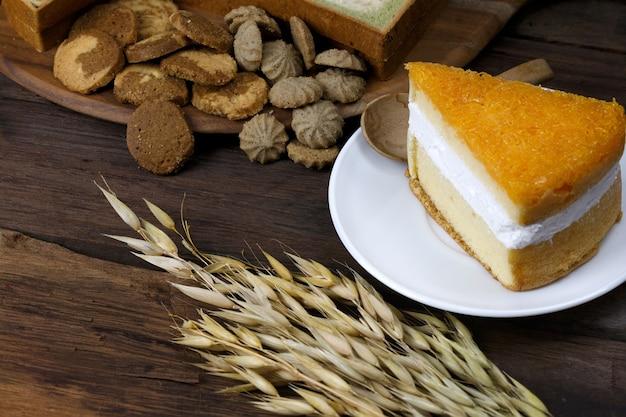 Boulangerie, biscuit et gâteau sur le plancher de bois avec des bâtonnets de riz d'orge placés près