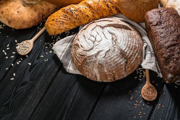 Boulangerie boulangerie multigrains sur table en bois