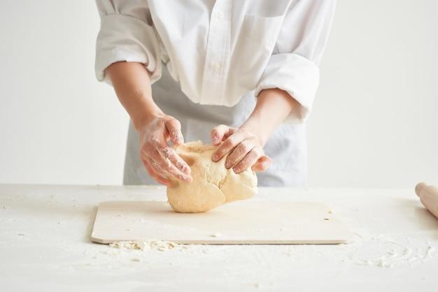 Boulangerie de femme en uniforme de chef de cuisine produits à base de farine de cuisine