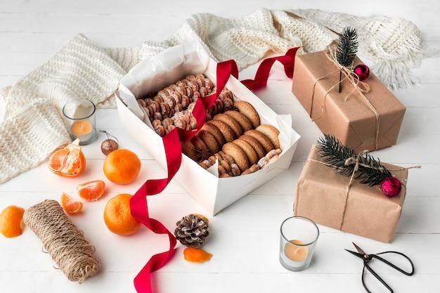 Boulangerie maison, biscuits de pain d'épice en forme de gros plan d'arbre de noël.