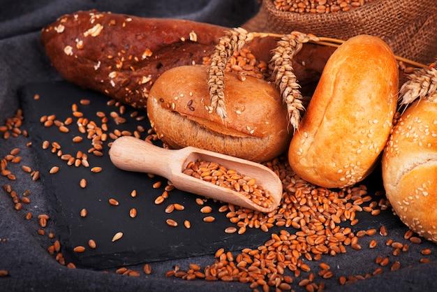 Boulangerie, miches de pain et petits pains croustillants. assortiment de pain au four.