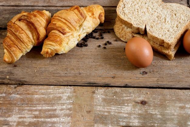 Boulangerie et œuf croissant français fraîchement sorti du four