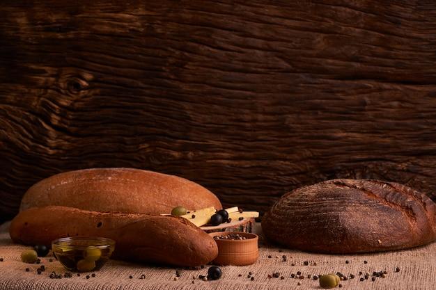 Boulangerie - or rustique pains croustillants de pain et brioches sur fond noir tableau