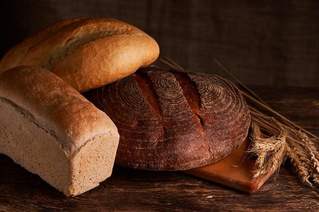 Boulangerie - pains et pains croustillants rustiques dorés sur fond noir