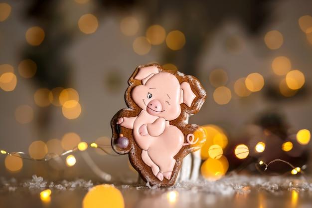 Boulangerie traditionnelle de vacances. piggy drôle en pain d'épice dans une décoration chaleureuse et confortable avec des guirlandes