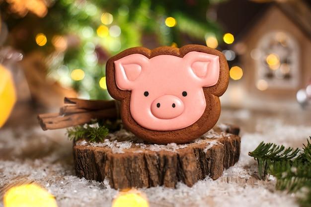 Boulangerie traditionnelle de vacances. tête de cochon rose en pain d'épice dans une décoration chaleureuse avec des guirlandes