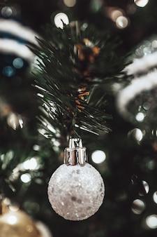 Boule d'argent de jouet de noël accrochée à l'arbre de noël joyeux noël et bonne année