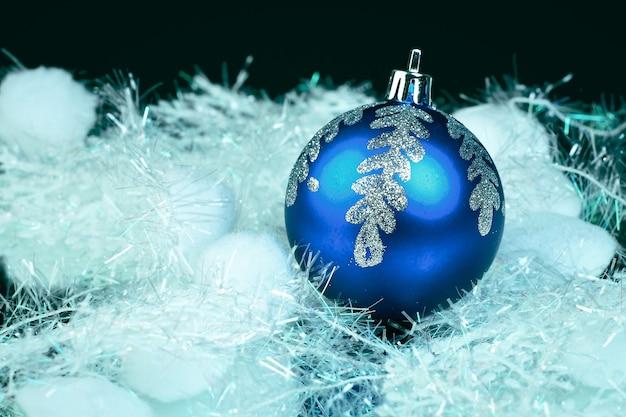 Boule bleue du nouvel an sur fond noir