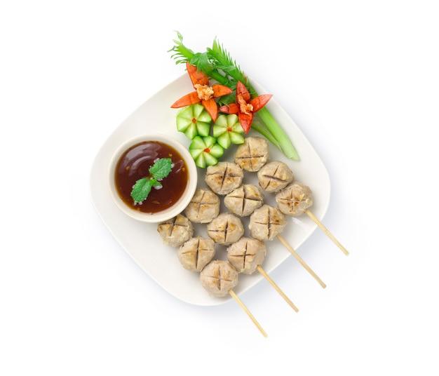 Boule de boeuf grillée en bâtonnets de bambou
