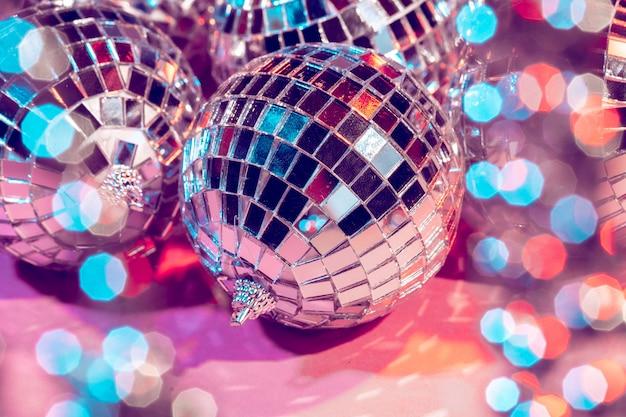 Boule boule disco sur fond rose. fête