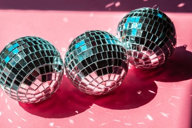 Boule de boule de disco sur le rose. fête