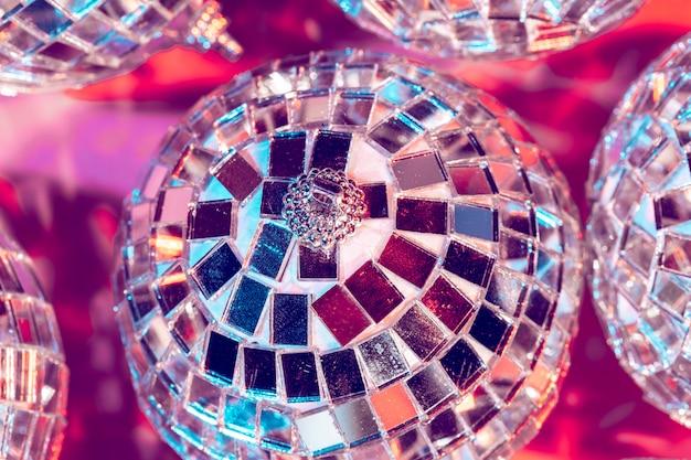 Boule de boule de disco sur le rose.
