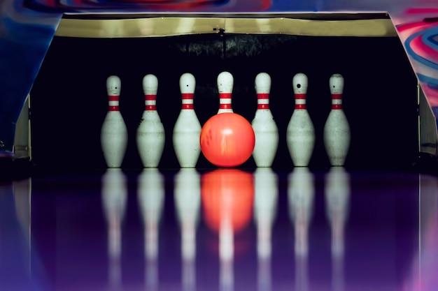 Boule de bowling écraser dans skittles