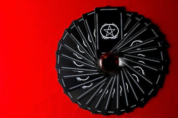 Boule de cristal avec des cartes de tarot pour diseuse de bonne aventure. concept de magie divine