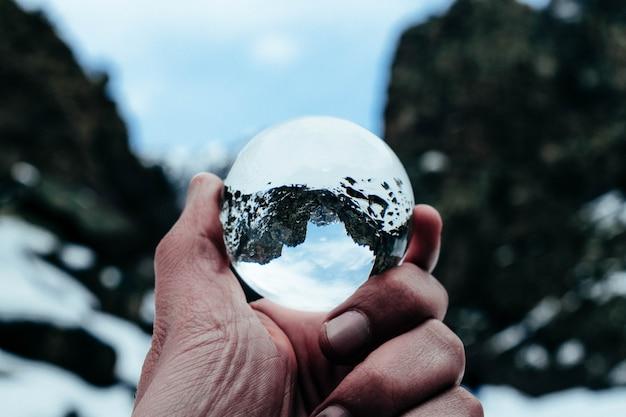 Boule de cristal tourné en montagne