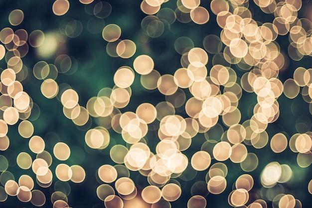 Boule de décoration abstraite flou et lumière sur l'arbre de noël avec bokeh