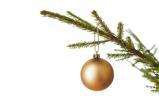 Boule de décoration sur l'arbre de noël décoré iso
