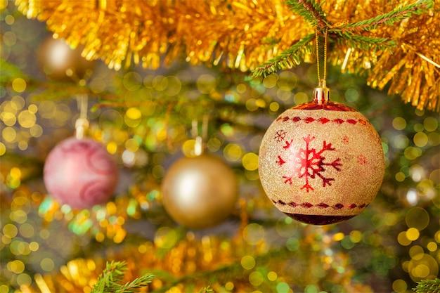 Boule de décoration sur fond d'arbre de noël décoré