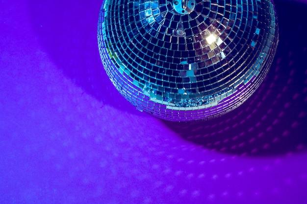 La boule disco brille sur le pourpre