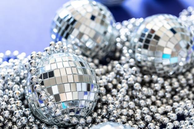 Boule disco étincelante à la lumière du jour. concept de fête.