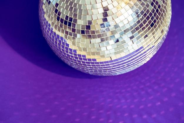 Boule disco étincelante à la lumière du jour. de fête.