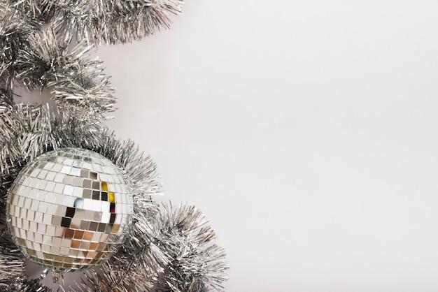 Boule disco avec des guirlandes sur une table blanche