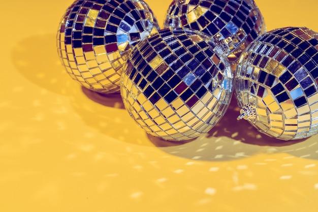 Boule disco. isolé sur fond jaune
