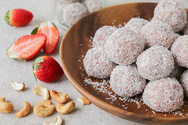 Boule de fraise maison, datte, noix de cajou et noix de coco