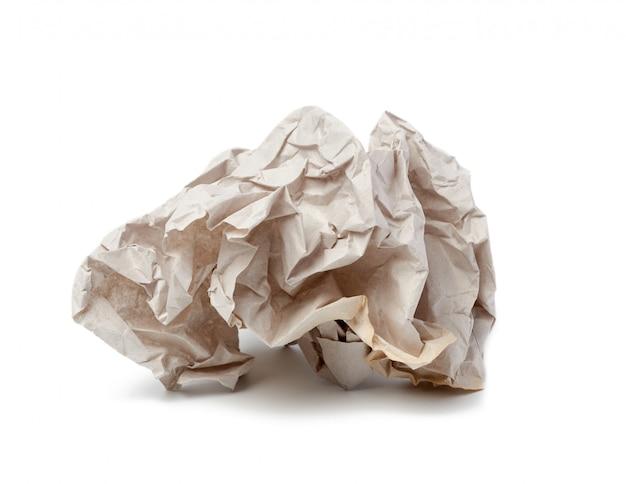 Boule froissée de feuille grise de papier parchemin isolé sur fond blanc