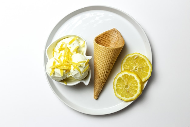 Boule de glace au citron naturel fait maison et rafraîchissant en cône