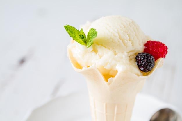 Boule de glace à la vanille dans le cône, espace de copie