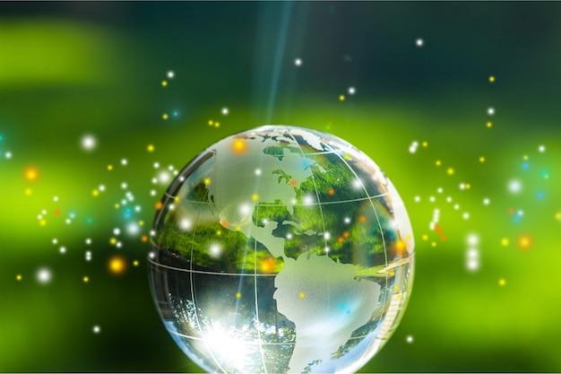 Boule de globe en verre dans les rayons lumineux sur fond