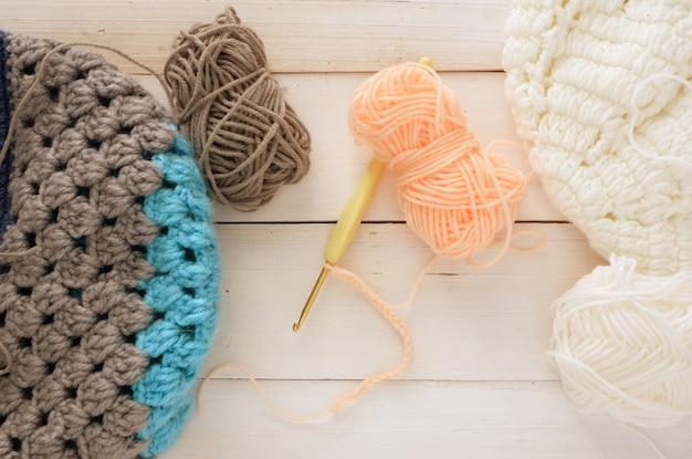 Boule de laine et chapeau au crochet avec aiguille sur le dessus en bois pour l'espace