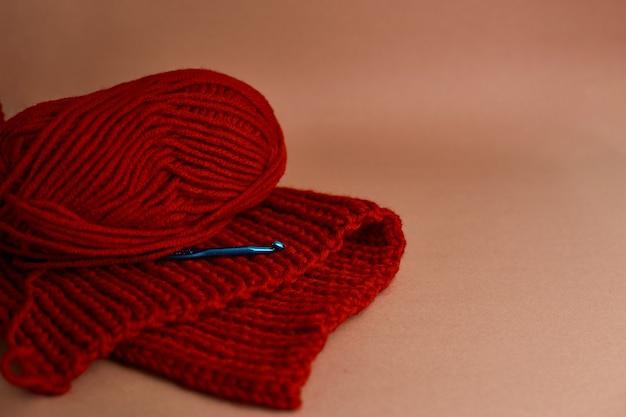 Boule de laine avec écharpe