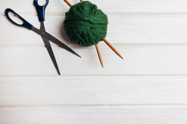 Boule de laine verte et ciseaux