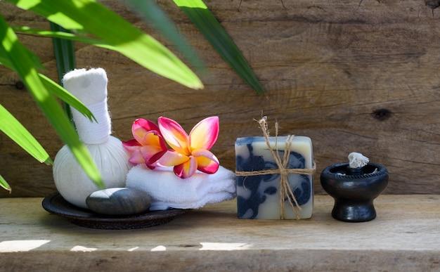 Boule de massage à base de plantes et produits d'aromathérapie spa au savon indigo sur table en bois