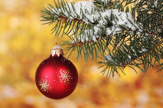 Boule de noël sur l'arbre sur jaune