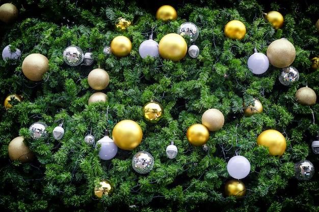 Boule de noël sur l'arbre