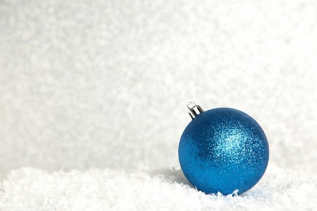 Boule de noël bleu brillant sur fond scintillant. vue de dessus