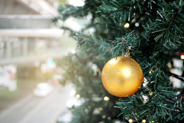 Boule de noël boule sur les branches