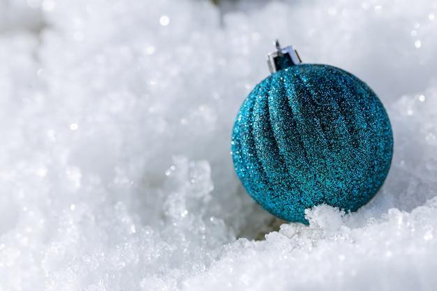 Boule de noel dans la neige