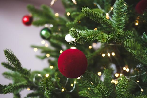 Boule de noël décorative sur une branche