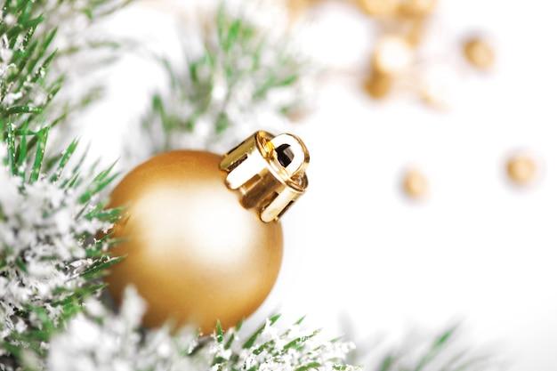 Boule de noël dorée sur arbre
