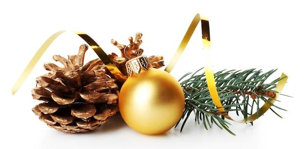 Boule de noël d'or avec pin et cône isolé sur fond blanc