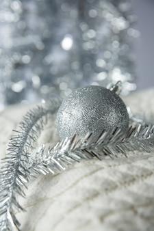 Boule de noël avec des paillettes sur un pull en laine tricoté