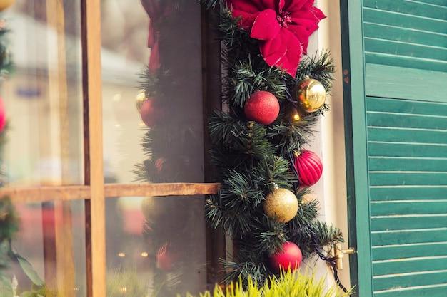 Boule de noël rouge décoré des fenêtres sur maison vintage.