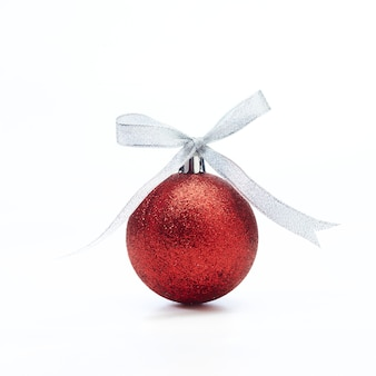 Boule de noël rouge avec ruban d'argent sur blanc