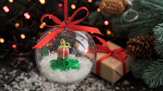 Boule de noël transparente avec voiture jouet et cadeau