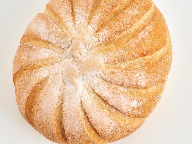 Boule de pain rustique dans le panier french ball sur fond blanc